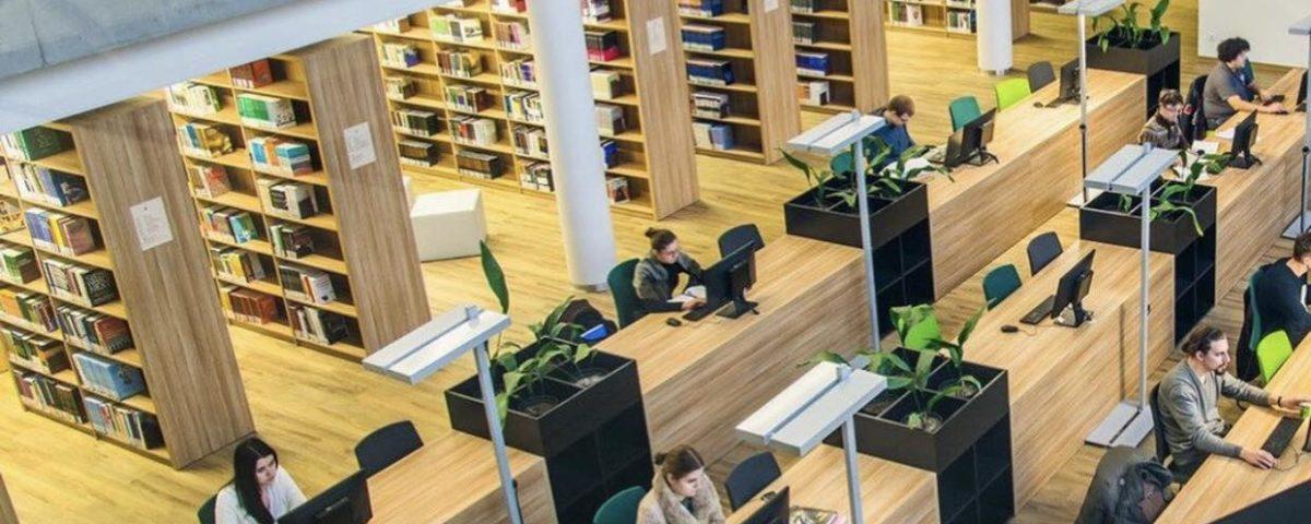 Рабочее пространство в библиотеке в Университете Витовта Великого в Каунасе фото